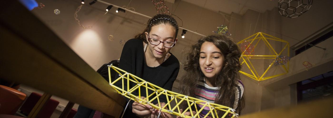 Två barn testar hållbarheten på sin bro