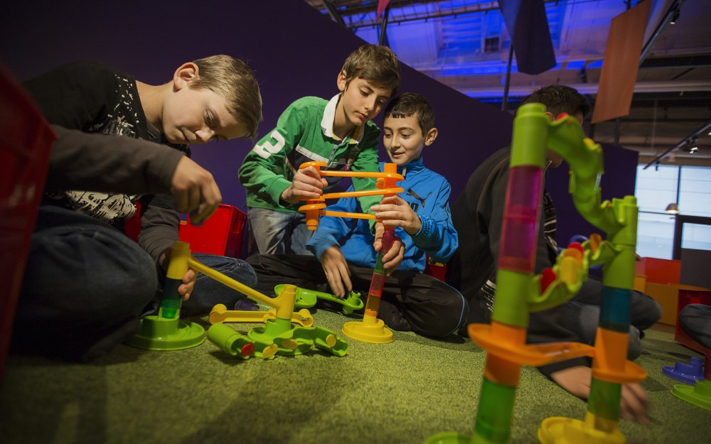 Några barn bygger en kulbana