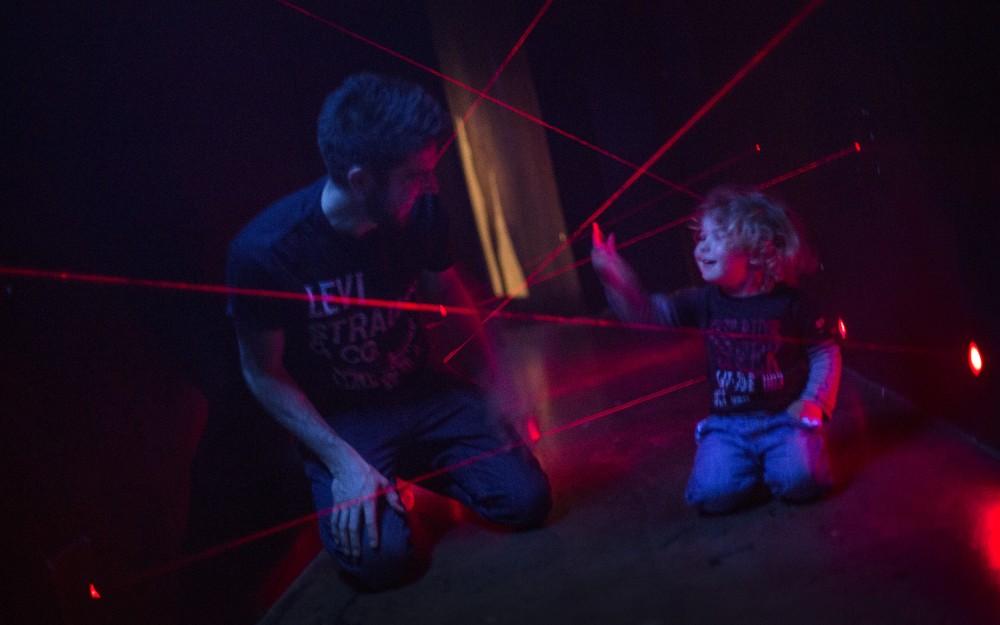Ett barn och en vuxen i laserrummet