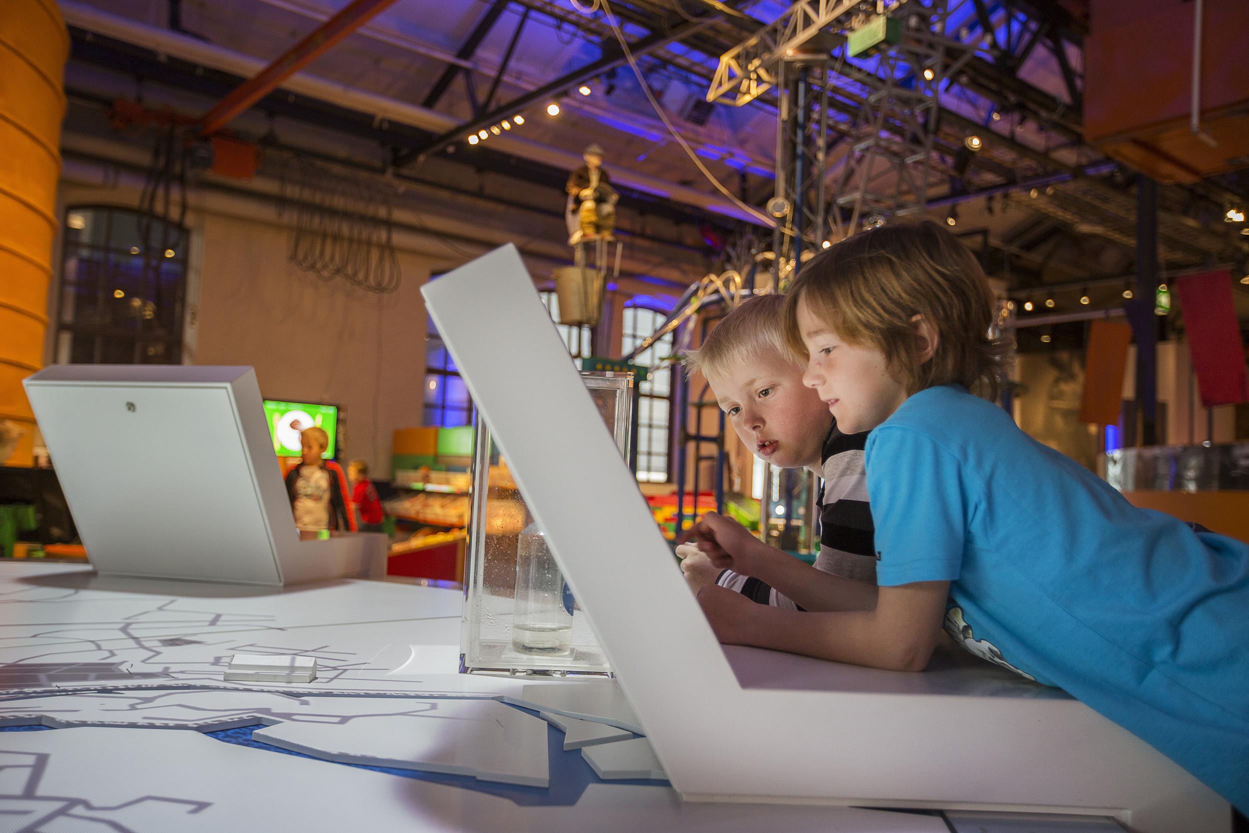 Två barn tittar på dataskärm