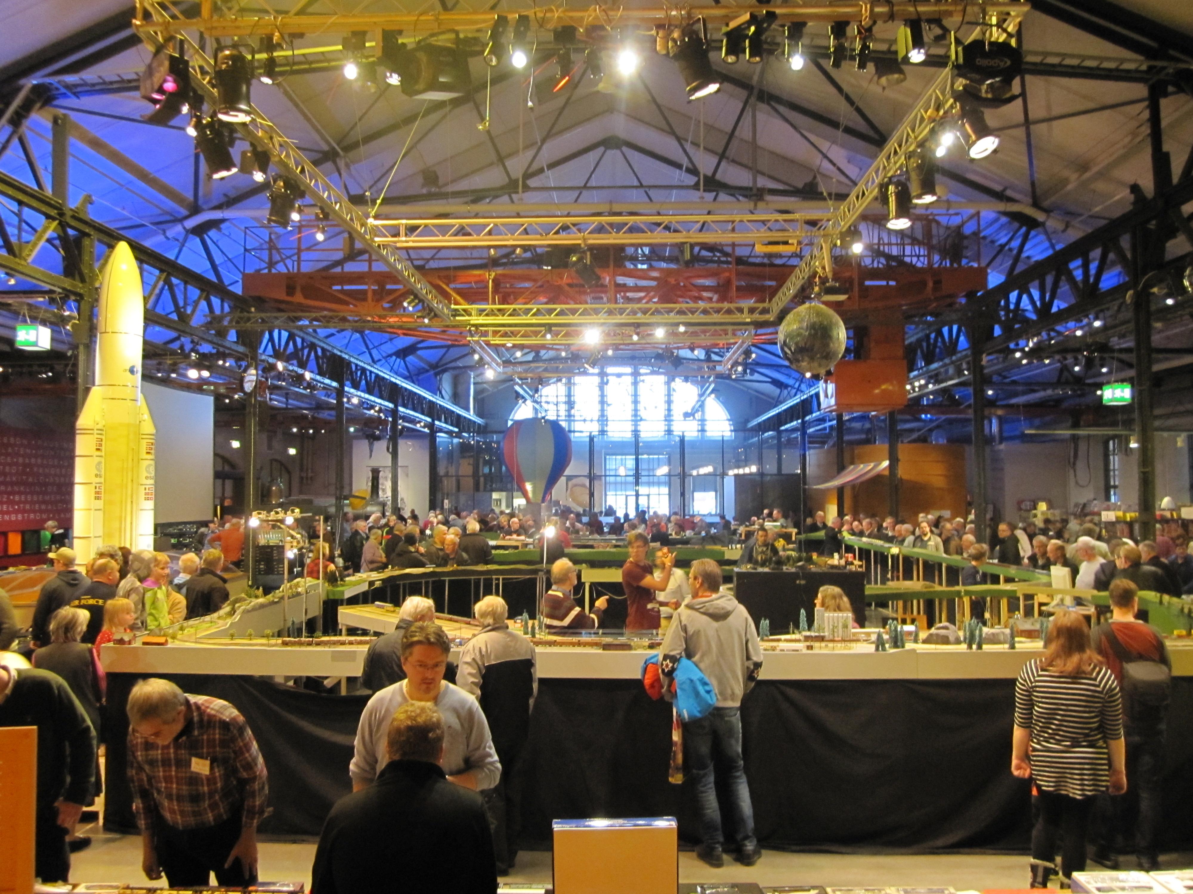 Massa besökare i stora hallen under tågmässan