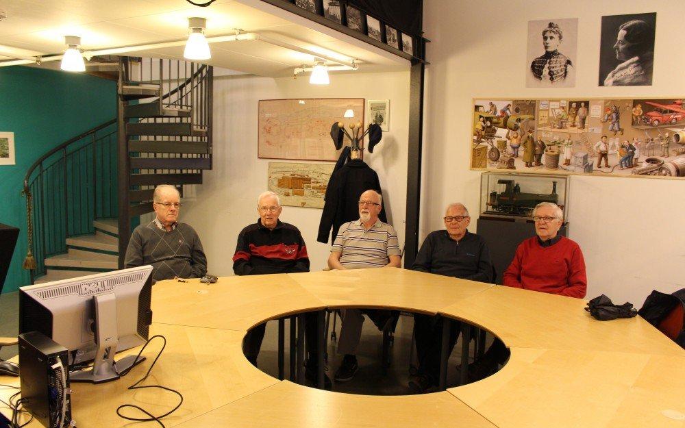 NOHAB-veteraner på plats i konferensrummet Kanalen på Innovatum i april 2017 för att arbeta med NOHAB-bilder ur Innovatums bildarkiv