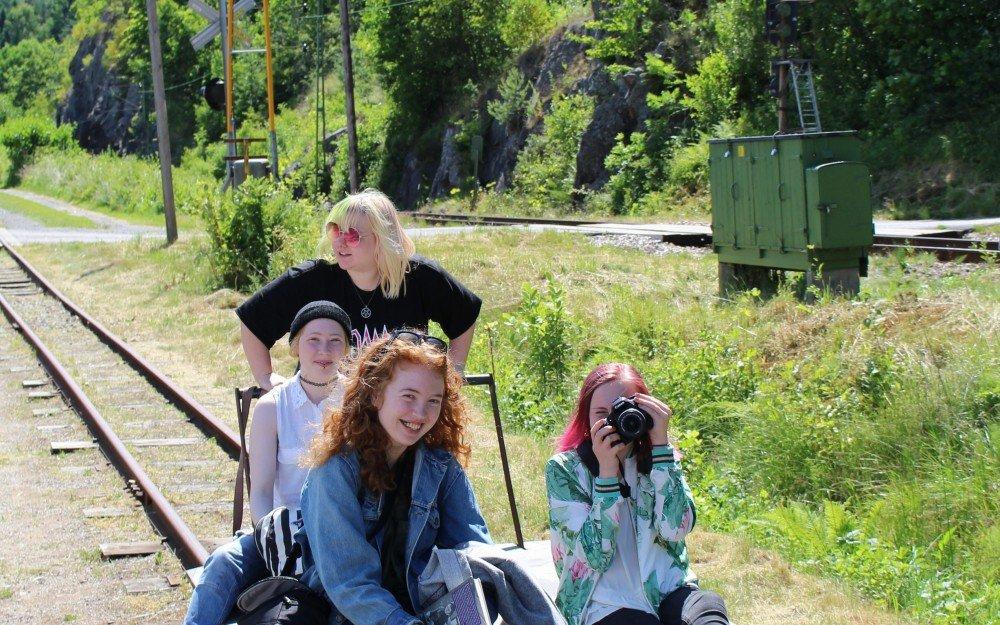 Teater på tåg av unga vid Munkedals jernväg