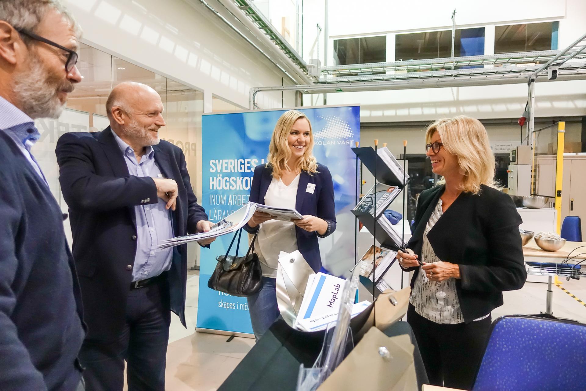 Besökare från Smart Innovation Norway pratar produktionsteknisk kompetensutveckling med Monika Hattinger från högskolan Väst. Bild: högskolan Väst