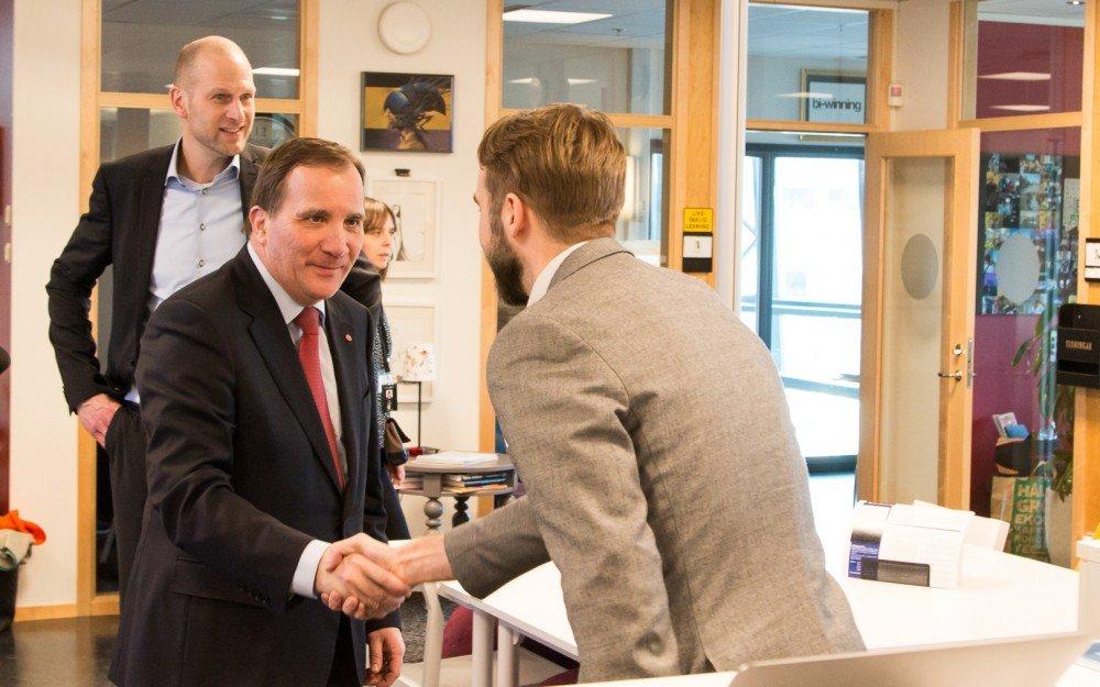Första stopp under statsministerns tur genom Innovatum var på Inkubatorn där han hälsade på bland andra affärsutvecklare Eivind Vogel-Rödin.