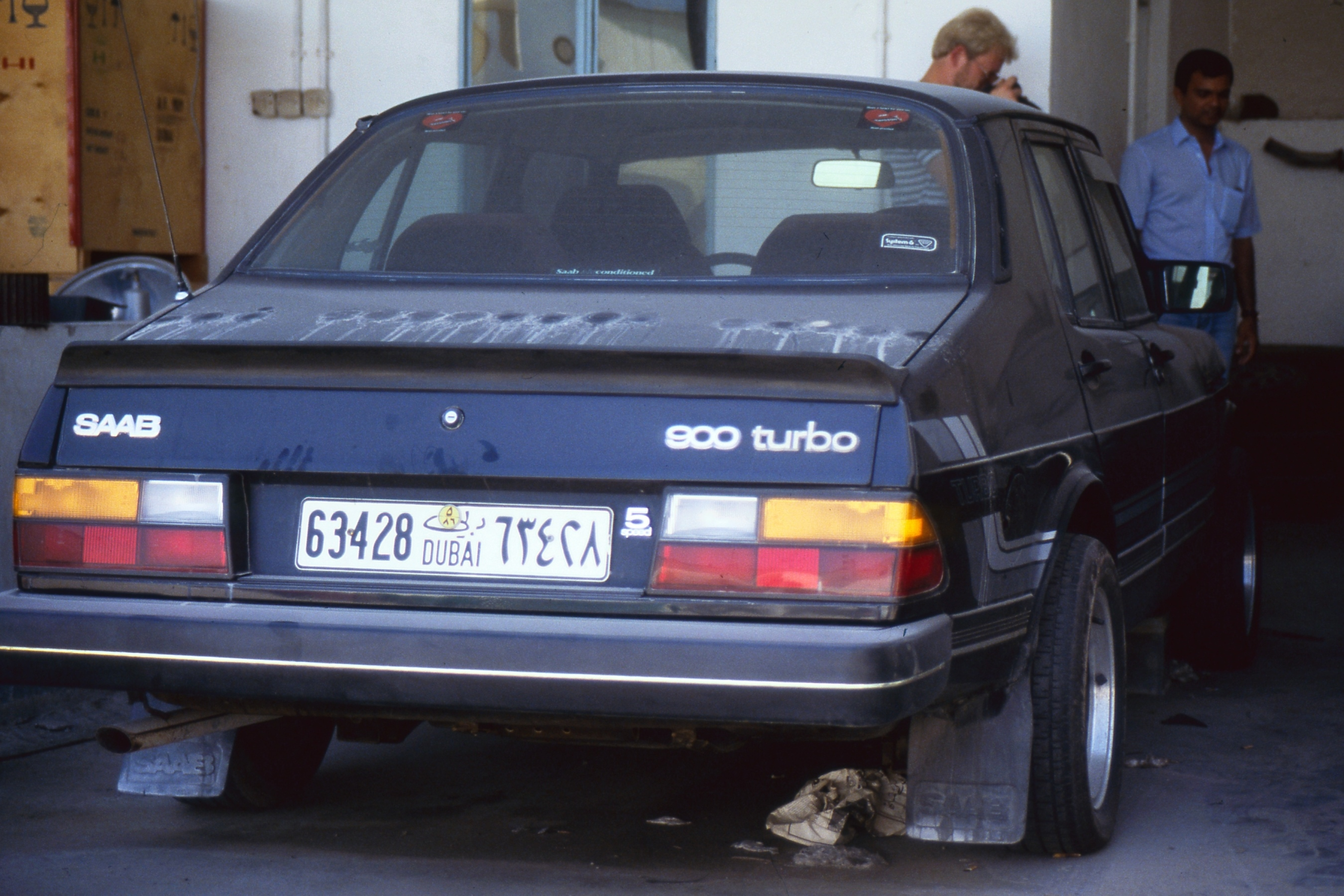 SAAB 900 vid besök hos återförsäljare i Dubai, Förenade Arabemiraten 1985. Donerat foto. Fotograf: Uno Dahl. Bildkälla: SAAB Car Museum.